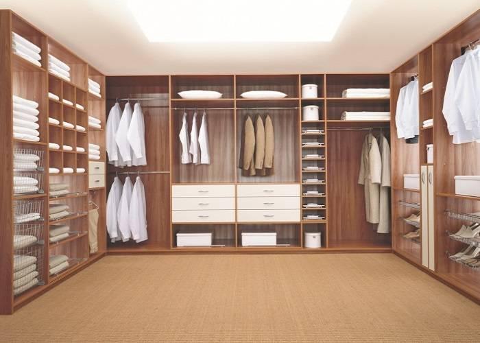 Шкаф-купе или гардеробная с сетчатыми полками